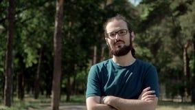 Glücklicher junger Mann mit Bart- und Glasporträt Lächeln und glücklicher Lebensstil Betrachten der Kamera Langsame Bewegung stock video footage