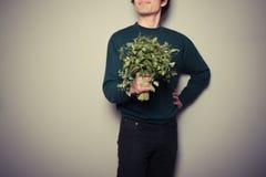 Glücklicher junger Mann mit einem großen Bündel Petersilie Lizenzfreie Stockfotografie
