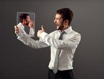 Junger Mann sind mit seiner inneren Stimme einverstanden Stockfoto