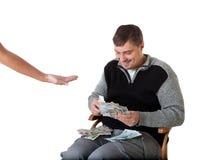 Glücklicher junger Mann zählt das Geld Stockbild