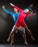 Glücklicher junger Paarmann und -frau, die für Freude springt Stockfotografie