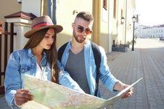 Glücklicher junger Paarreitroller in der Stadt Reise des hübschen Kerls und der jungen Frau Abenteuer- und Ferienkonzept lizenzfreies stockbild