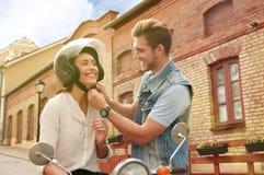 Glücklicher junger Paarreitroller in der Stadt Reise des hübschen Kerls und der jungen Frau Abenteuer- und Ferienkonzept stockfoto
