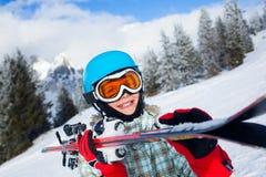 Glücklicher junger Skifahrer Stockfoto