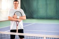 Glücklicher junger Sportler, der Daumen aufgibt lizenzfreie stockbilder