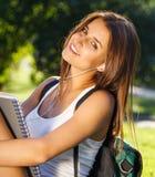 Glücklicher junger Student draußen Stockbild