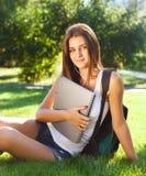 Glücklicher junger Student draußen ich Stockfotos