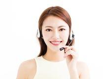 Glücklicher junger tragender Kopfhörer der Geschäftsfrau lizenzfreies stockfoto