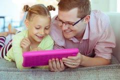 Glücklicher junger Vater haben Spaß mit seinem Arbeitsesprit der kleinen Tochter stockfotos