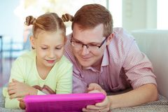 Glücklicher junger Vater haben Spaß mit seinem Arbeitsesprit der kleinen Tochter lizenzfreie stockfotos