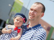 Glücklicher junger Vater mit kleiner Tochter draußen Stockbild