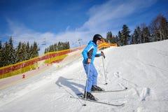 Glücklicher junger weiblicher Skifahrer, der lernt Ski zu fahren stockfotos