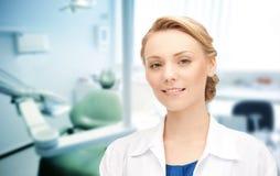 Glücklicher junger weiblicher Zahnarzt mit Werkzeugen Stockfoto