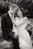 Glücklicher Jungvermähltenpaarhochzeitstag Bräutigam-Braut bw Stockfotos