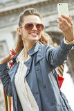 Glücklicher Käufer der eleganten Frau in Paris, das selfie mit Telefon nimmt Stockfotografie