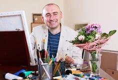 Glücklicher Künstler zeichnet Stockbild