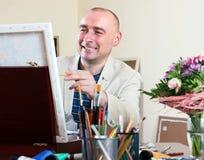 Glücklicher Künstler zeichnet Lizenzfreies Stockfoto