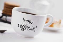 Glücklicher Kaffeetag des Tasse Kaffees und des Textes lizenzfreie stockfotografie