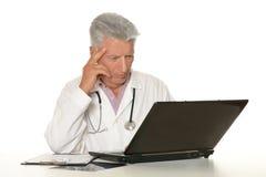 Glücklicher kaukasischer Doktor lizenzfreie stockfotos
