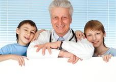 Glücklicher kaukasischer Doktor mit Kind stockbild