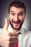 Glücklicher kaukasischer Mann, der sich Daumen zeigt Lizenzfreies Stockbild
