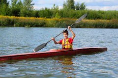 Glücklicher Kayak fahrender Teenager stockfotos