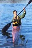 Glücklicher Kayak fahrender Teenager stockfoto