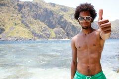 Glücklicher Kerl auf dem Strand Lizenzfreies Stockbild