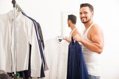 Glücklicher Kerl, der zu Hause angekleidet erhält stockbild