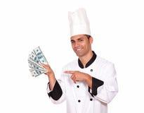 Glücklicher Kerl im einheitlichen haltenen Bargeld des Kochs Stockbild