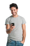 Glücklicher Kerl am intelligenten Telefon