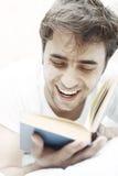 Glücklicher Kerl mit Buch Stockfotos