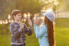 Glücklicher Kinderfreund, der Hände klatschend genießt lizenzfreie stockfotos