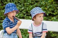 Glücklicher Kinderjunge, der Eiscreme isst lizenzfreie stockbilder