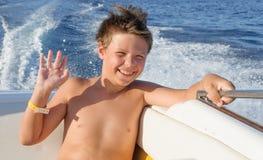 Glücklicher Kinderjunge, der Segeljachtreise genießt Stockbild
