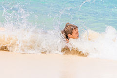 Glücklicher Kinderjunge, der Spaß im Wasser, tropisches Sommer vacat hat Lizenzfreies Stockbild