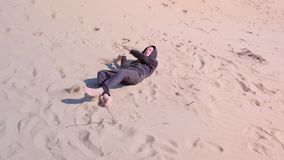 Glücklicher Kinderjunge ist- rollend und stolpernd hinunter die Sanddünen, setzen Sie an den Ferien auf den Strand stock footage