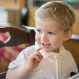 Glücklicher Kinderjunge am Restaurant Stockfoto