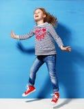 Glücklicher Kindermädchentourist in der rosa Sonnenbrille an der blauen Wand Reise- und Abenteuerkonzept Stockbild
