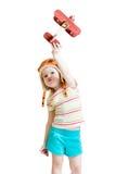 Glücklicher Kinderpilot und Spielen mit hölzernem Flugzeug Stockfoto