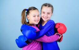 Glücklicher Kindersportler in den Boxhandschuhen Sporterfolg Freundschaft Eignung Energiegesundheit Training von kleinen Mädchen stockfotos