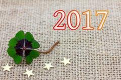 Glücklicher Klee und Sterne für neues Year& x27; s Eve 2017 Lizenzfreie Stockbilder