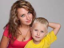 Glücklicher kleiner blonder Junge und seine Mutter Lizenzfreie Stockfotografie