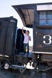 Glücklicher kleiner Junge auf altem Zug Lizenzfreie Stockfotografie