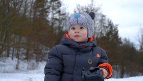 Glücklicher kleiner Junge, der mit Stativ spielt stock video