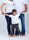 Glücklicher kleiner Junge in der Sicherheit seiner Familie Stockfotografie