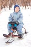Glücklicher kleiner Junge, der am sleig sledging ist stockfotografie