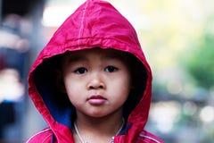 Glücklicher kleiner Junge in der Winterkleidung, Stockfoto