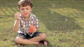 Glücklicher kleiner Junge des Porträts stock video footage
