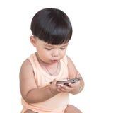 Glücklicher kleiner Junge machen Reaktionsgesicht bei der Prüfung von Smartphone mit Beschneidungspfad lizenzfreie stockfotos